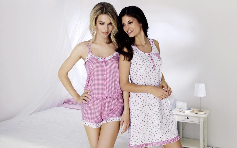 Девушки в домашней одежде