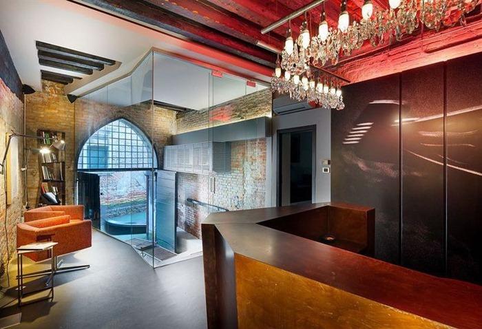 iQs, Castello отель с современным дизайном