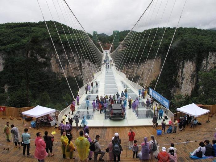 50 человек собрались на мосту