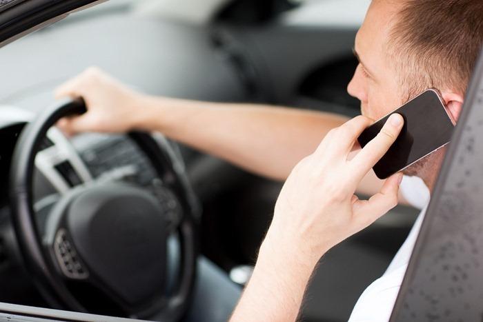 Сотовый телефон в автомобиле лучше не использовать