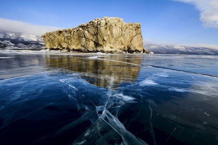 Прозрачный лёд на Байкале зимой