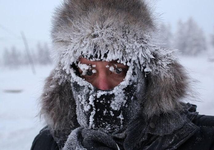 Замерзшие местные жители в меховой одежде