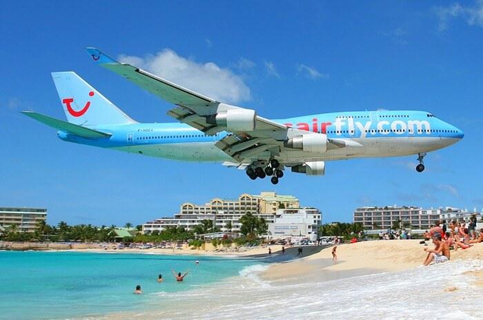 Самолёт садится над пляжем