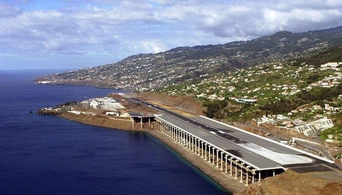Аэропорт Мадейры над океаном