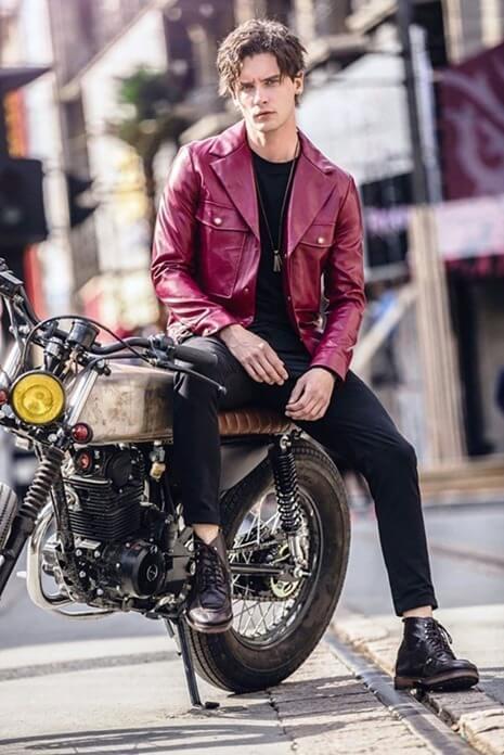 Кожаная куртка и приталенные брюки